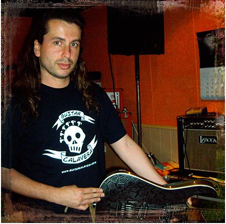 Robert Rodrigo con su camiseta Guitar Calavera