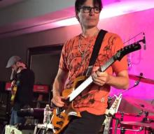 "Steve Vai tocando «The Audience Is Listening"" con una Parker Fly Deluxe"