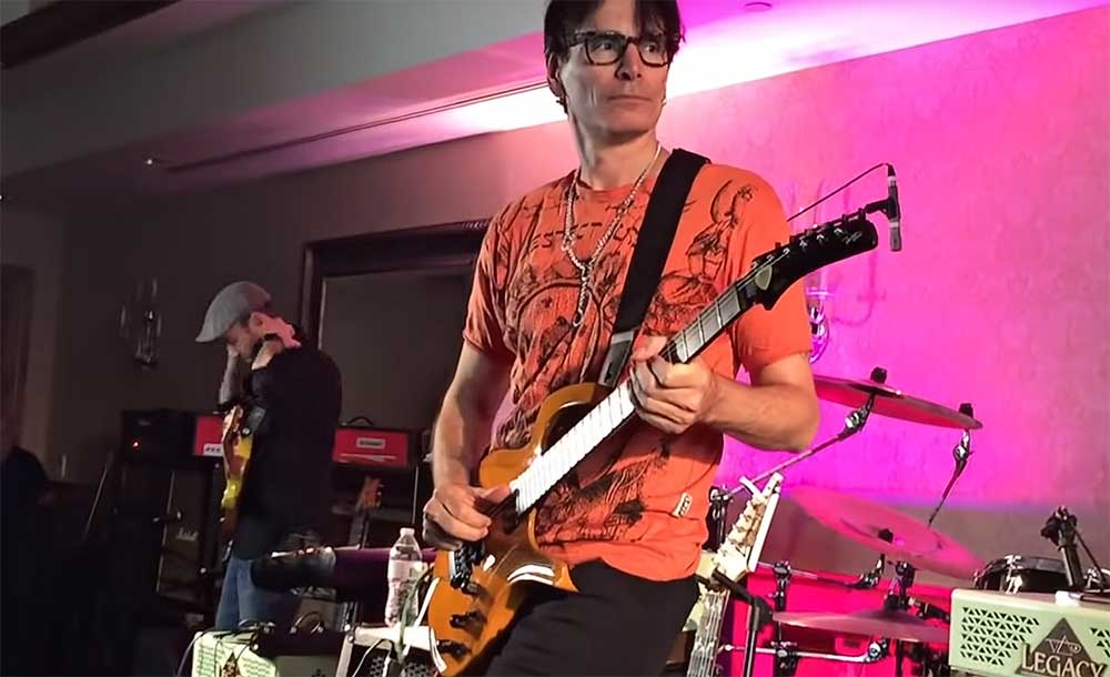 Steve Vai tocando una Parker Fly Deluxe