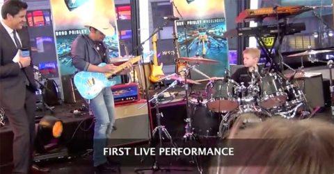 Brad Paisley interpreta Hot For Teacher de Van Halen con un batería de 6 años
